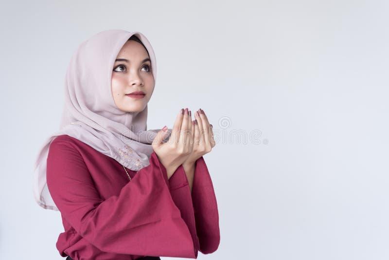 美丽的年轻回教女孩祈祷为上帝的Duaa, 库存图片