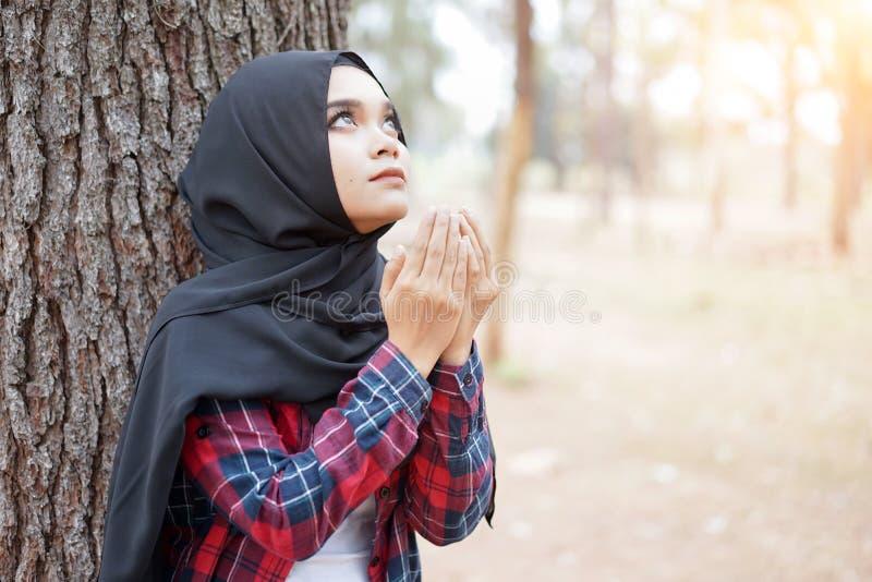 美丽的年轻回教女孩祈祷为上帝的Duaa 库存照片