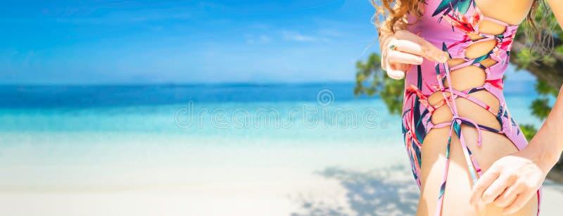 美丽的年轻女人佩带的泳装是在度假暑假 旅行和生活方式 免版税库存照片