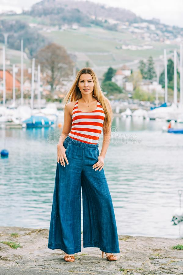 美丽的年轻女人室外时尚画象  库存图片