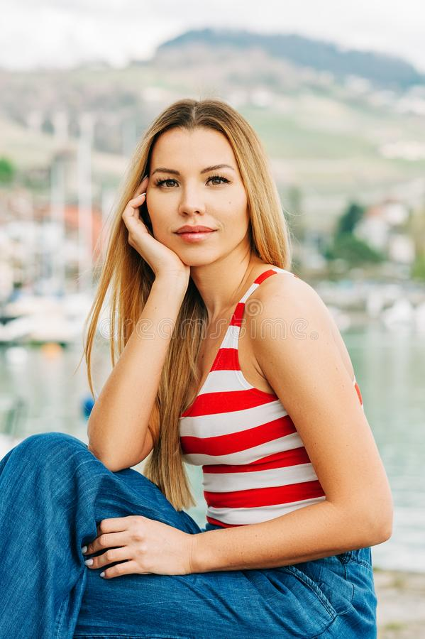 美丽的年轻女人室外时尚画象  免版税库存照片