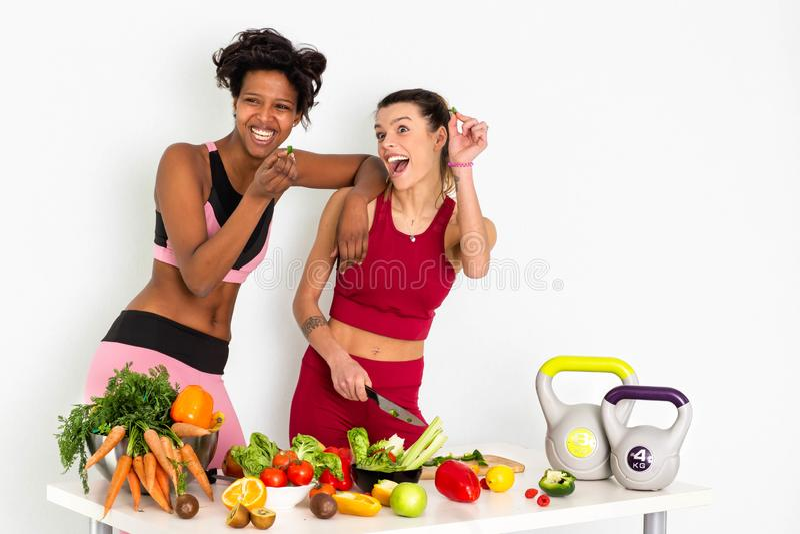 美丽的年轻女人用健康水果和蔬菜在白色背景 概念饮食 - 图象 免版税库存照片