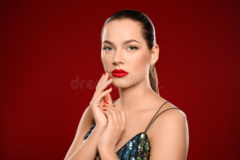 美丽的年轻女人画象有明亮的修指甲的 指甲油趋向 免版税库存照片