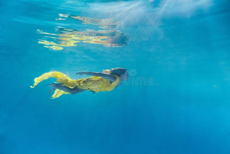 美丽的年轻女人的水下的图片 图库摄影