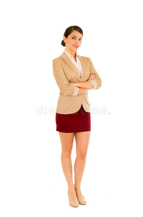 美丽的年轻女商人,摆在为照相机的好的dressedand,在白色背景中横渡她的胳膊 免版税库存图片