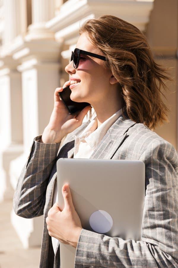 美丽的年轻女实业家佩带的夹克 免版税图库摄影