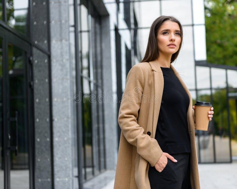 美丽的年轻女实业家佩带的秋天外套 免版税库存图片