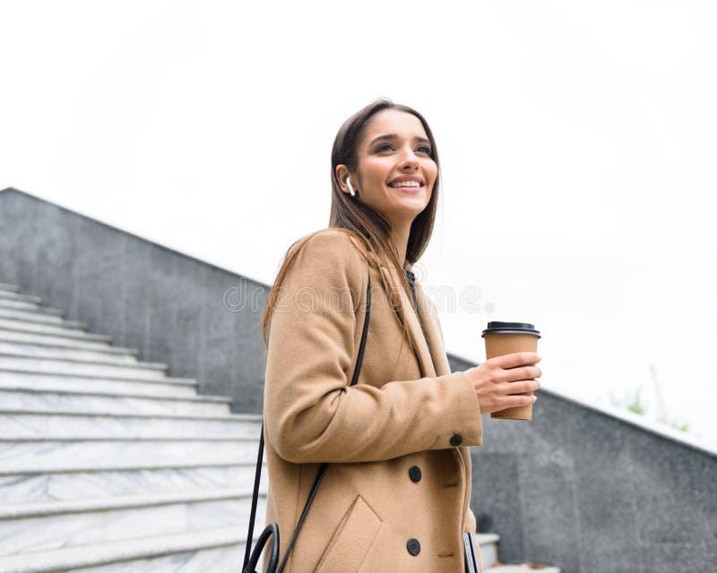 美丽的年轻女实业家佩带的秋天外套 库存照片