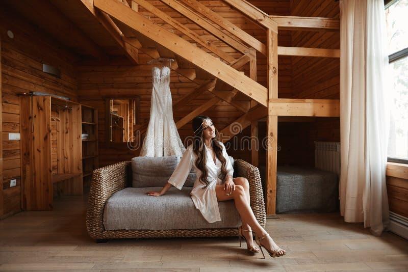 美丽的年轻式样妇女有完善的身体的,有性感的长的腿的和有婚礼发型的,装饰与 图库摄影