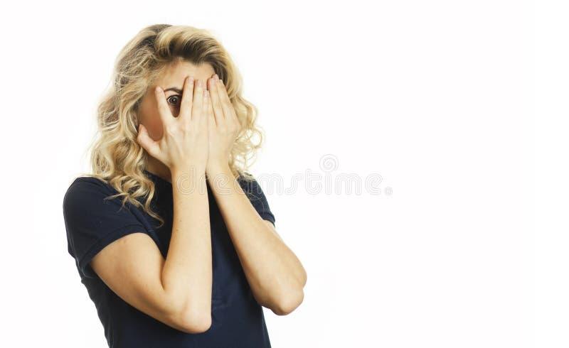 美丽的年轻情感女孩闭上她的眼睛对被隔绝的白色背景 不要看见希望 库存图片