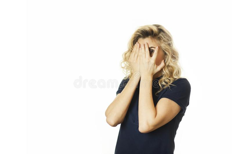 美丽的年轻情感女孩闭上她的眼睛对被隔绝的白色背景 不要看见希望 免版税库存图片