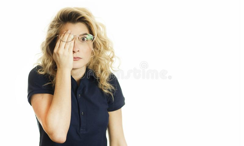 美丽的年轻情感女孩闭上她的眼睛对被隔绝的白色背景 不要看见希望 免版税库存照片