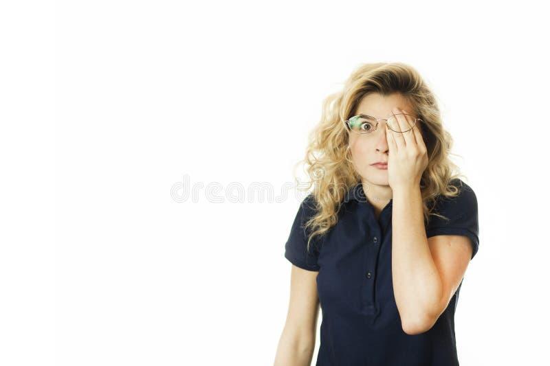 美丽的年轻情感女孩闭上她的眼睛对被隔绝的白色背景 不要看见希望 图库摄影