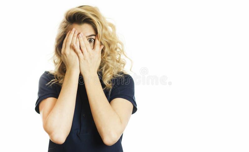 美丽的年轻情感女孩闭上她的眼睛对被隔绝的白色背景 不要看见希望 免版税图库摄影