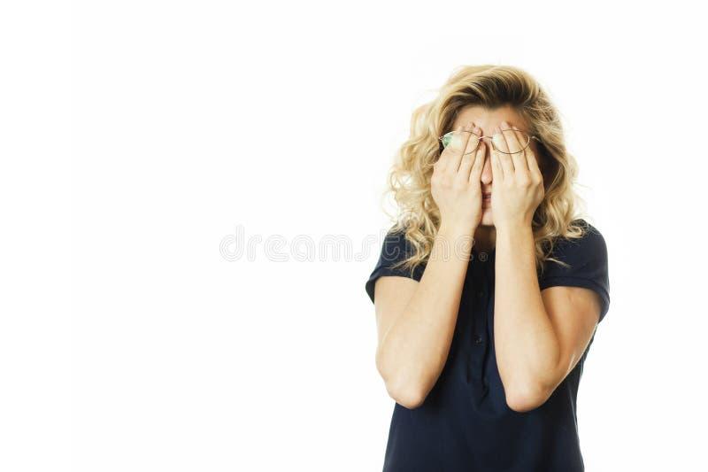 美丽的年轻情感女孩闭上她的眼睛对被隔绝的白色背景 不要看见希望 库存照片