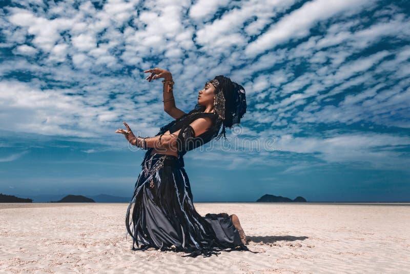 美丽的年轻时髦的部族舞蹈家 东方服装的妇女 库存图片