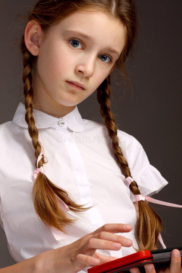 美丽的年轻,聪明的女孩 少年在学校 免版税库存照片