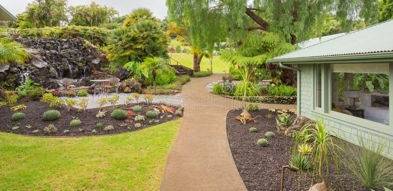 美丽的庭院在一个现代房子外面 库存图片