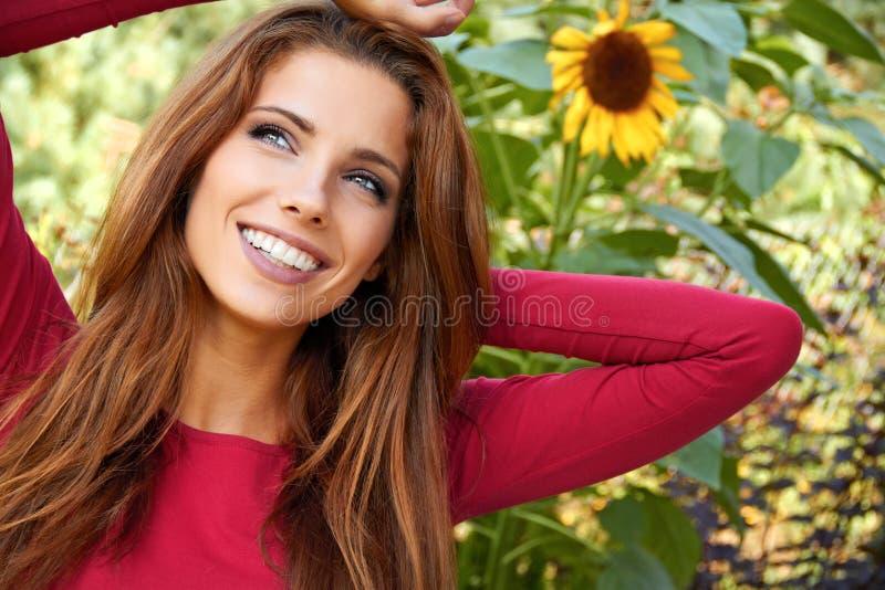 美丽的庭院妇女 库存照片