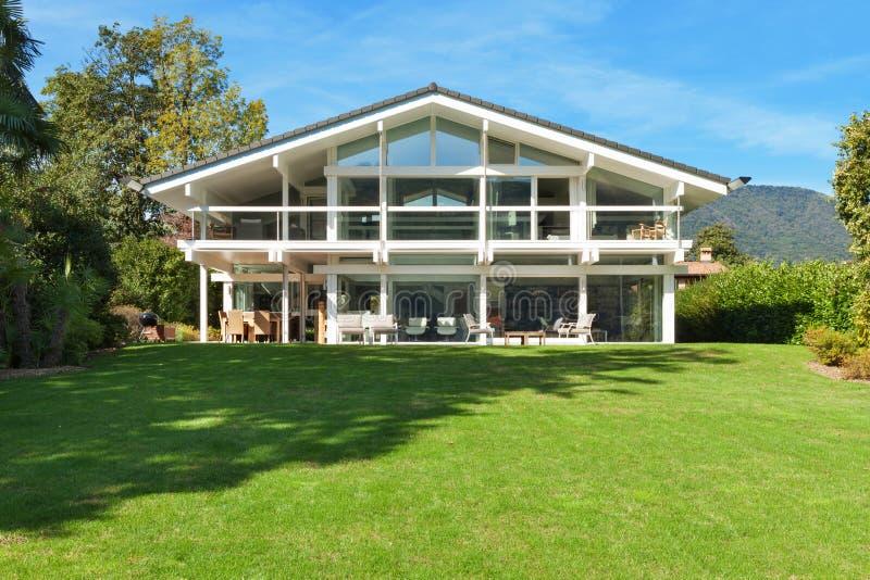 美丽的庭院房子 免版税图库摄影