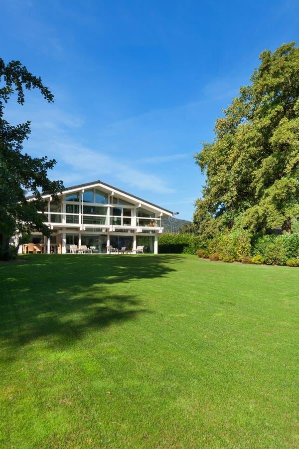 美丽的庭院房子 库存照片