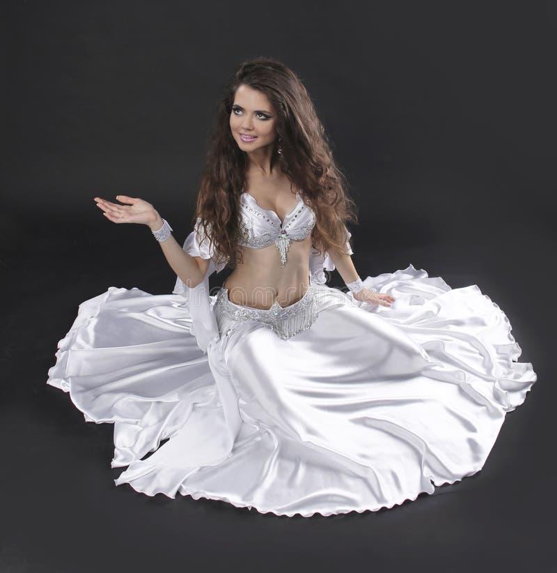 美丽的异乎寻常的肚皮舞表演者妇女 免版税库存照片