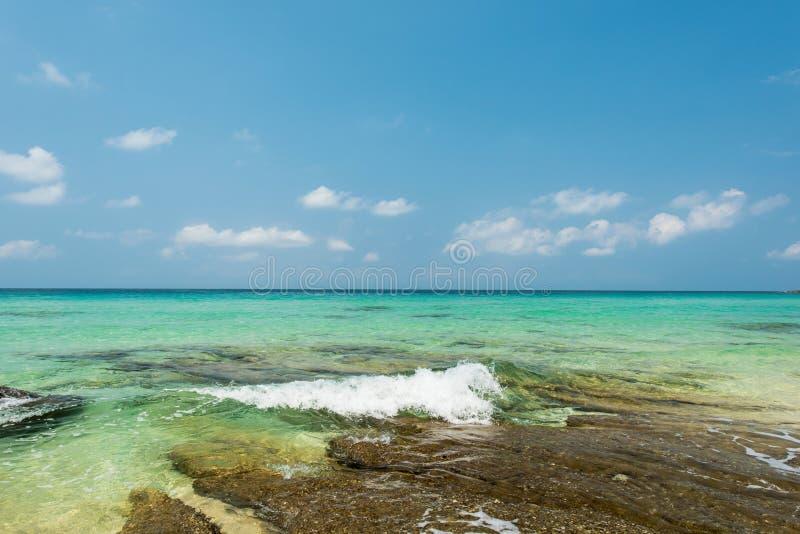 美丽的异乎寻常的海滩和岸在酸值kood海岛打破 免版税库存图片