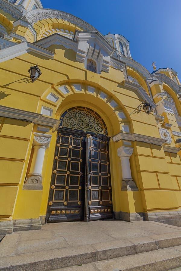 美丽的弗拉基米尔大教堂的门在基辅 免版税库存图片