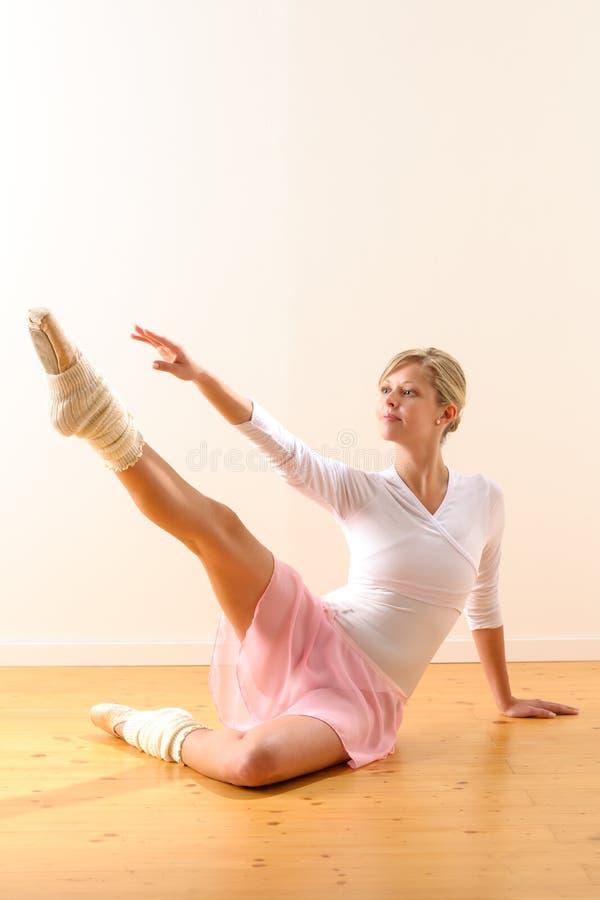 美丽的往行程的跳芭蕾舞者增强的胳膊 免版税库存图片