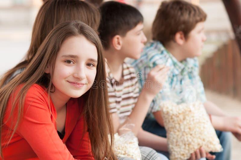 美丽的微笑的十几岁的女孩画象有她的朋友的 库存照片
