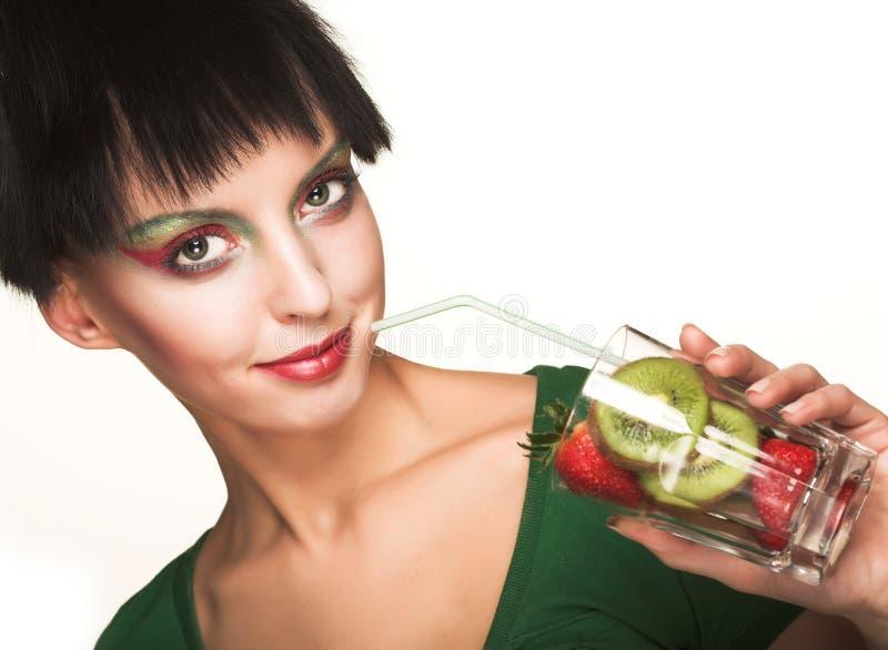 美丽的微笑的女孩用草莓 免版税库存图片