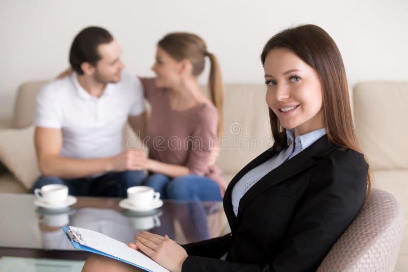 美丽的微笑的女性心理学家或顾问和愉快的em 免版税库存图片