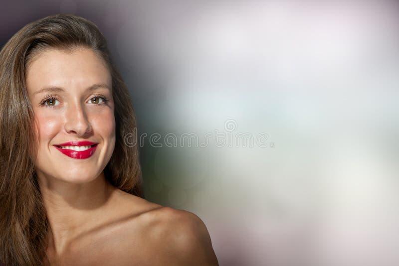 美丽的微笑的女性 免版税库存图片