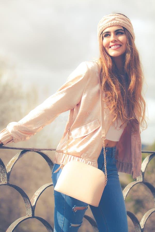 美丽的微笑的妇女年轻人 户外在城市 青年衣裳 免版税图库摄影