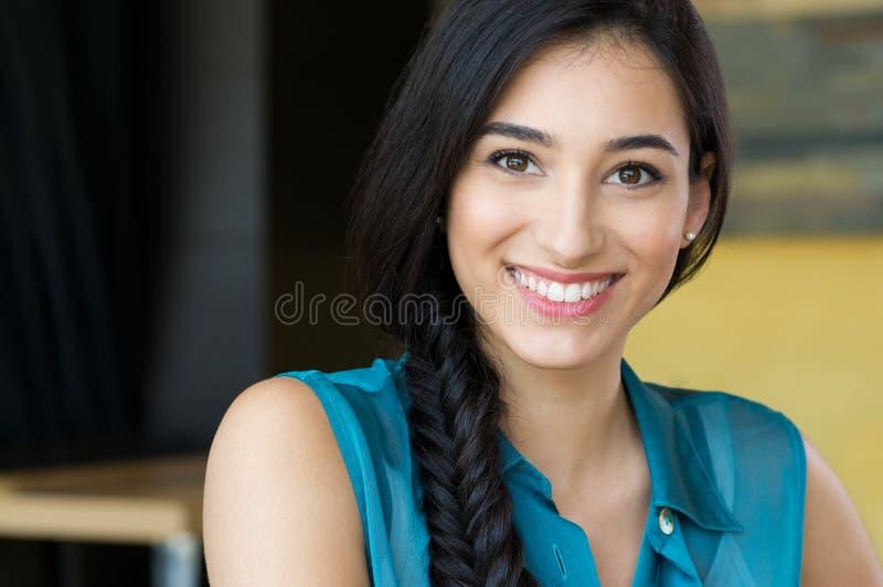 美丽的微笑的妇女年轻人 库存照片