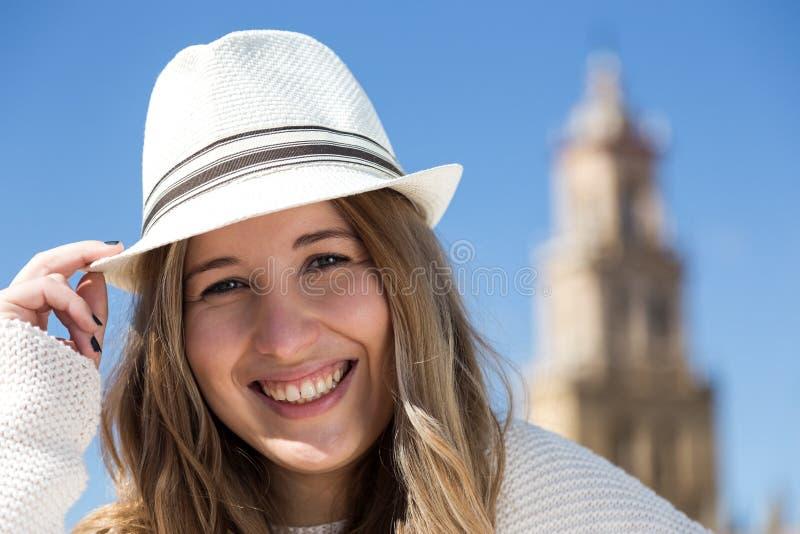 美丽的微笑的妇女年轻人 免版税图库摄影