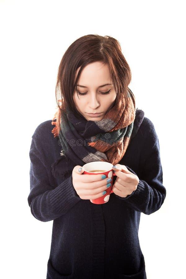 年轻美丽的微笑的妇女画象有大角度热的咖啡的- 免版税库存照片