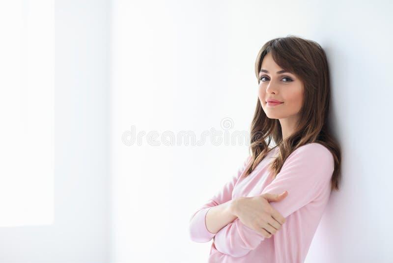 美丽的微笑的妇女画象有横渡的胳膊的在白色b 库存照片
