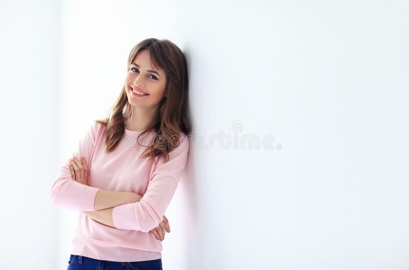 美丽的微笑的妇女画象有横渡的胳膊的在白色b 免版税库存图片