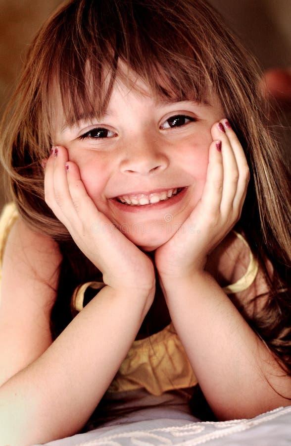 美丽的微笑的小女孩 免版税库存照片