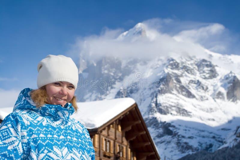 美丽的微笑的少妇。 瑞士阿尔卑斯 图库摄影
