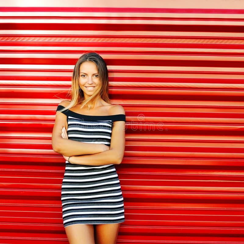 美丽的微笑的少妇画象用手折叠了stan 免版税图库摄影