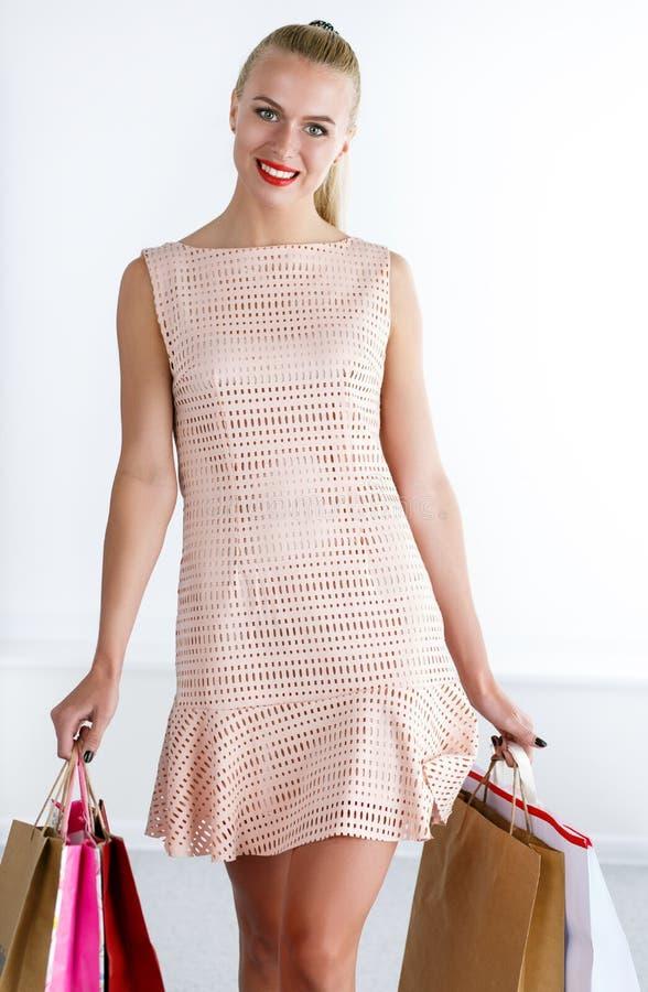 美丽的微笑的走的妇女佩带的礼服 库存照片