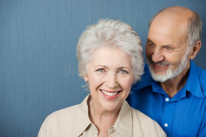 美丽的微笑的年长妇女 免版税库存照片