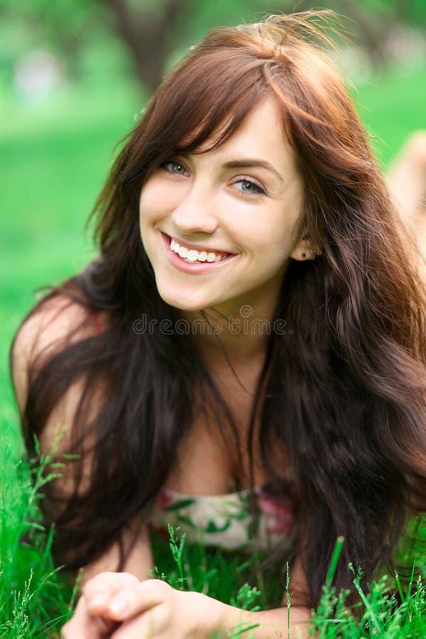 美丽的快乐的女孩纵向 免版税库存照片