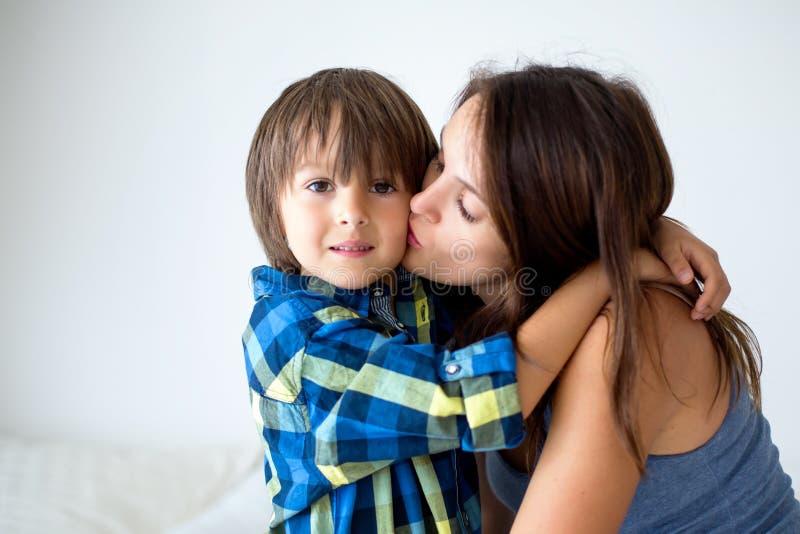 美丽的怀孕的母亲画象充满拥抱她的prec的爱的 免版税图库摄影