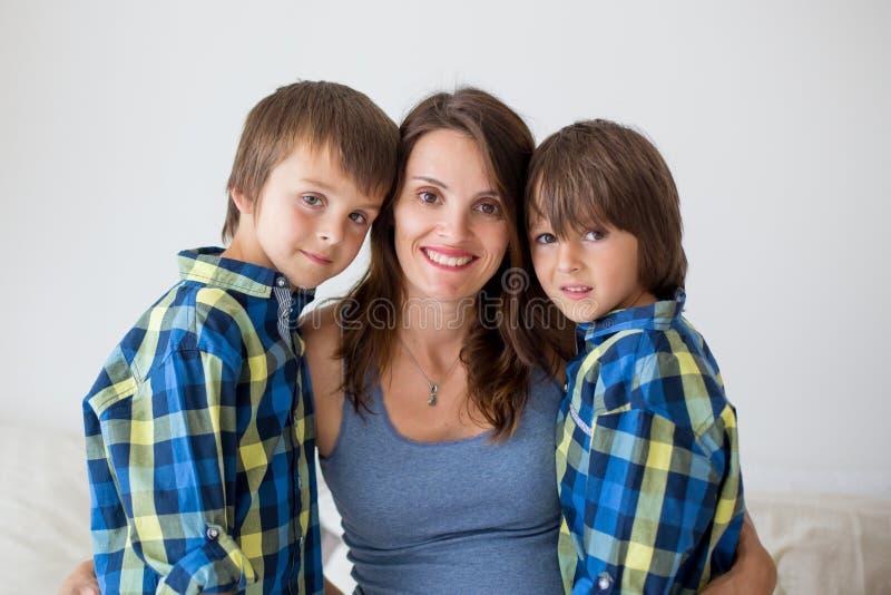 美丽的怀孕的母亲画象,拥抱与爱和十 免版税库存图片