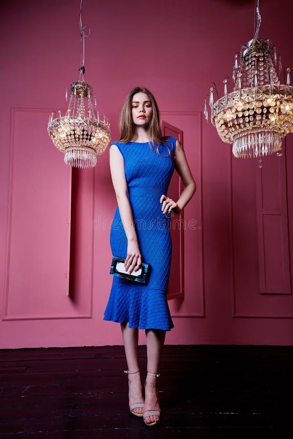 美丽的性感的俏丽的女服蓝色礼服皮包骨头的身体偶然s