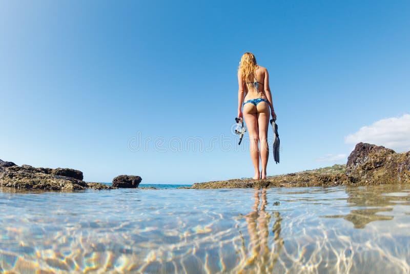 美丽的性感的女性Snorkeler 免版税库存图片