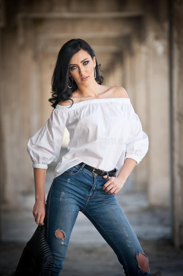 少和少妇_美丽的性感的少妇画象有现代成套装备,皮夹克,牛仔裤